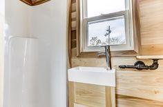 Una mini casa con ruedas de 6 metros cuadrados Rustic Cafe, Rustic Industrial Decor, Modern Rustic Decor, Rustic Cottage, Rustic Design, Rustic Logo, Rustic Office, Rustic Bench, Kitchen Rustic