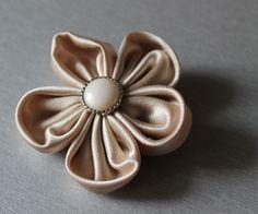 Broszka kwiatek z beżowego materiału
