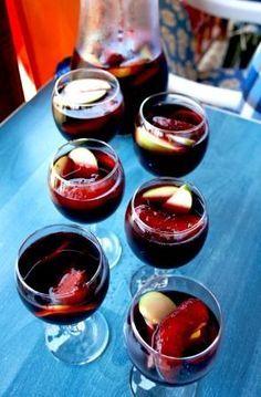 Ev yapımı Sangria tarifi, sıcak yaz günlerine eşlik edecek ve sizi serinletecek keyifli bir içecek :) Bu sangria tarifi dostlarınızla paylaşmanız için.