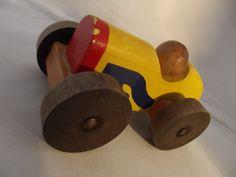 Coche de carreras de juguete de madera vintage Hermoso diseño Alto 7 cm Largo 15 cm Ancho 8 cm En el estado pregrabado con leves trazas de desgaste