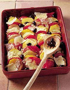 Recette tian de pommes de terre : Faites cuire les pommes de terre à l'eau bouillante salée pendant 15 min (selon la grosseur). Epluchez-les et coupez-les en rondelles ainsi que les tomates. Pelez, émincez les oignons. Disposez dans le plat des couches alternées de pommes de terre, tomates, oign...