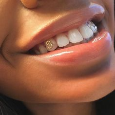 B A R B I E DOLL GANG HOE Pinterest: @jussthatbitxh ✨Download the app #MERCARI & use my code: UZNPKU to sign up, you can get free make up & other items Piercings, Piercing Tattoo, Girl Grillz, Cute Jewelry, Jewelry Accessories, Tooth Gem, Diamond Teeth, Grills Teeth, Gold Teeth