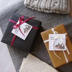 Holiday Season !!! 12月15日(木)はお休みです  クリスマスギフトのラッピングが増えてきましたうれしい 今年のクリスマス用ラッピング Aチョコレート色筋入りワックスペーパーにワインカラーのサテンリボン B:ミルクティー色の筋入りワックスペーパーにアイボリーのサテンリボン  どちらにもMerry Christmasのメッセージカードをお付けします 早めにお知らせいただければ宛名入りやオリジナルメッセージもお作りできますのでどうぞ遠慮なくお尋ねください  その他サプライズギフトのアイデアもご相談に乗ります笑 サプライズには打ち合わせが必要ですのでご利用の際はお早めにどうぞ #クリスマスギフト  #京都セレクトショップ  #御幸町  #京都 #ギフトラッピング #ラッピングアイデア #クリスマスプレゼント  #ギフトアイデア  #ワックスペーパー