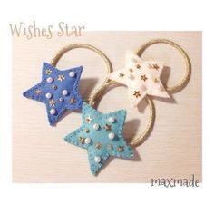 大きな星に夢と希望を詰め込んだヘアゴムです✰⁂こちらは1点ずつの販売となります。ランダムに散りばめたパールとスパンコール、ゴールドラメのゴムを使用し、キラキラ...|ハンドメイド、手作り、手仕事品の通販・販売・購入ならCreema。 Handmade Felt, Handmade Beads, Handmade Crafts, Felt Hair Clips, Baby Hair Clips, Making Hair Bows, Diy Hair Bows, Felt Hair Accessories, Hair Wrap Scarf