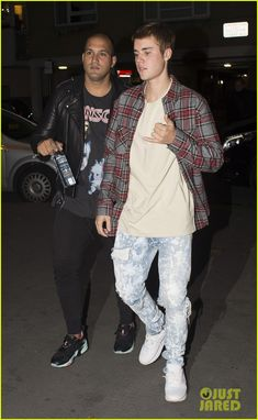 justin bieber goes bar and restaurant hopping for a night out in london 01