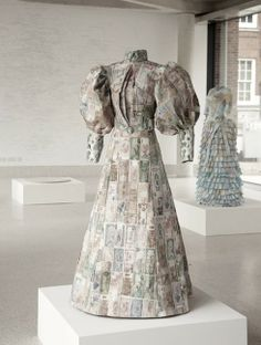 UK-based artist Susan Stockwell  create dresses made of paper maps and money are Susan Stockwell's sculptural study on colonialism and the British empire. Paper Fashion, Fashion Art, Fashion Design, Fashion Shoot, Paper Clothes, Paper Dresses, Modelista, Cycle Chic, Recycled Fashion
