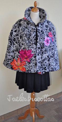 Poncho cape en lainage, facile à porter, doublée et customisée par JoeLesBiscottos Poncho Cape, Rain Jacket, Windbreaker, Hoodies, Sweaters, Jackets, Etsy, Fashion, Unique Jewelry