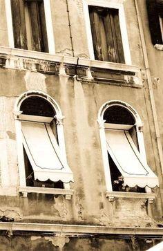 Las ventanas de Venecia en sepia.