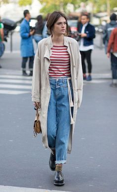 Street style look com sobretudo bege, calça jeans, e sapato boyish.