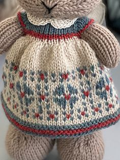 A dress designed with an Americana quilt in mind. I chose Knit Picks heather yarn colors that give a vintage look. Knitted Bunnies, Knitted Animals, Knitted Dolls, Knitted Hats, Knitting Dolls Clothes, Doll Clothes, Knitting Stitches, Baby Knitting, Cotton Crochet