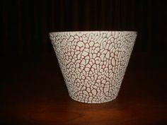 bloempot wit - bruin, aan onderzijde gemerkt: ADCO 000. Afmeting: 11,5 cm hoog, diameter 15,5 cm.