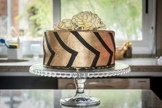 Golden Cake. Brillante torta con flores de pasta de goma. Bizcochuelo de chocolate, relleno de dulce de leche granizado y nuez, ganache de chocolate blanco con frutos rojos y ganache de chocolate semiamargo.
