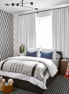Trendy Bedroom Black And White Rug Pillows Bedroom Black, Bedroom Wall, Bedroom Decor, Bedroom Boys, Bedroom Color Schemes, Bedroom Colors, Trendy Bedroom, Modern Bedroom, Bed Against Window