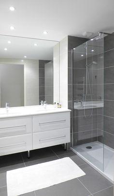 Agence Skéa   www.skea.fr   Tiphaine Thomas   salle de bain de style atemporelle dans les teintes de gris perle, gris anthracite et blanc   double vasque et receveur à poser extra-plat, part-douche épuré