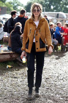 Eddie Campbell usa jaqueta de pelos e botas no festival glastonbury
