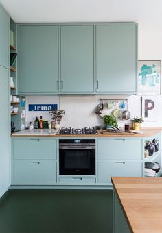 Love the green cabinetry in this kitchen- design addict mom Green Kitchen, New Kitchen, Kitchen Dining, Kitchen Cabinets, Diy Kitchen Decor, Kitchen Furniture, Kitchen Interior, Style Deco, Kitchen Corner