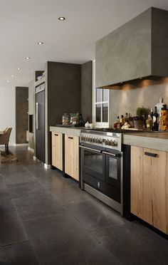 Bijzonder stoere keuken, welke ontworpen en geproduceerd is door Harold Lenssen Keukens. Een combinatie van massief eiken beton cire, Genesi 120 fornuis en de Genesi side by side koelkast.