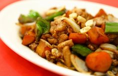 Esqueça o delivery e prepare o prato na sua própria casa!   Ingredientes:  200g de peito de frango cortado em cubos; ½ cebola picada; 2 colheres de chá de molho de soja; 100 ml de