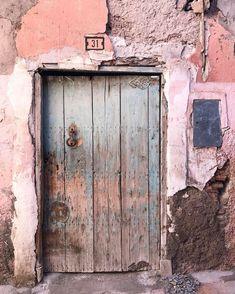 Old Windows, Windows And Doors, Painted Doors, Wooden Doors, Architecture Windows, Unique Doors, Grand Entrance, Old Doors, Marrakesh