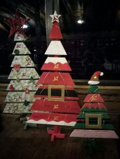 Here are the best Wooden Christmas Decor Ideas. These Wooden Christmas Crafts, Christmas Trees & ornament are perfect for rustic & farmhouse Christmas decor Pallet Wood Christmas Tree, Wooden Christmas Crafts, Outside Christmas Decorations, Christmas Tree Painting, Christmas Signs Wood, Xmas Crafts, Christmas Diy, Christmas Swags, Outdoor Decorations