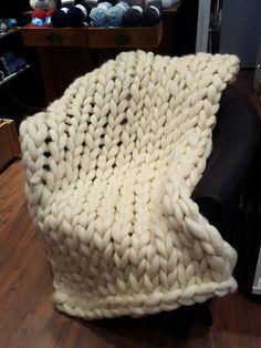 Käsillä neulottu jättipeitto + ohje Merino Wool Blanket, Villa, Bed, Home, Stream Bed, Ad Home, Homes, Beds, Fork