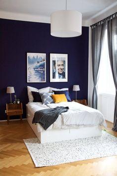 Wie lange haben wir überlegt welche Farbe hinter das Bett soll...blau, ein helles grau, grün? Es ist keine leichte Entscheidung, muss man doch, wenn man wieder auszieht eine dunkle Wand meistens mehrmals nachweißen. Und dennoch, dieses dunkle, volle Blau, lässt uns die schönsten Träume haben, und unsere alten Möbelstücke im schönsten Glanz erstrahlen!