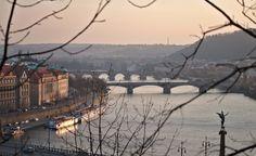Marcher à travers une ville est une façon originale de découvrir ce qui nous entoure. On vous propose dans cet article 2 itinéraires à faire à pied et qui offrent tous deux des points de vue spectaculaire sur Prague.