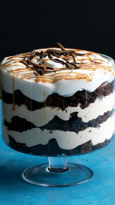 this chocolate caramel trifle with whipped cream need to be shared?DoesDoes this chocolate caramel trifle with whipped cream need to be shared? Brownie Trifle, Trifle Desserts, Delicious Desserts, Dessert Recipes, Yummy Food, Cake Recipes, Easy Desserts, Oreo Cheesecake, Easter Recipes