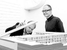 FØRENDE ARKITEKTER: Svein Lund og Einar Hagem (t.h.) driver et av Norges ledende arkitektkontorer. For tiden er deres mest profilerte arbeid prosjektet Diagonale, som skal bli det nye hovedbiblioteket i Bjørvika i Oslo. Modellen på bildet viser spahotellet ved Kragerø, ferdigstilt i 2008.