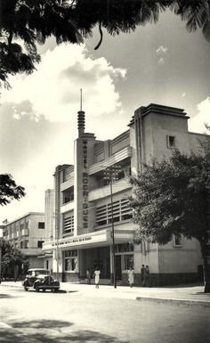 O Manuel Rodrigues na Avenida 24 de Julho. Streamline Moderne, Maputo, Art Deco Buildings, Colonial Architecture, Zimbabwe, The Good Old Days, Bauhaus, Steel Frame, Tanzania