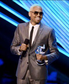 Chris Brown sonríe con su premio en manos, en los MTV Video Music Awards 2012.