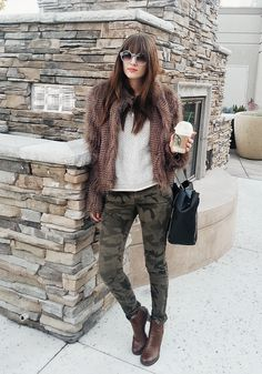 it-girl - blusa-off-white-faux-fur-calça-camuflada - calça camuflada militar - inverno - street style Camo Jeans Outfit, Pants Outfits, Cargo Pants Outfit, Camo Outfits, Green Outfits, Camouflage Pants, Camo Pants, Camo Skinnies, Camo Skinny Jeans
