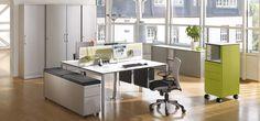 Team-Arbeitsplatz - C+P Asisto Schreibtisch, Schiebtürenschrank und Rollcontainer.