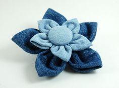 Flor hecha con retales de tela de tejanos. Recycled Denim Flower