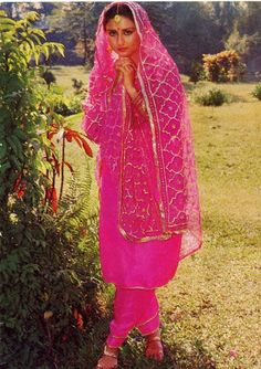 Фотография Poonam Dhillon, Suits For Women, Clothes For Women, Vintage Bollywood, Designs For Dresses, Embroidery Suits, Chiffon Saree, Beautiful Bollywood Actress, Beautiful Girl Indian