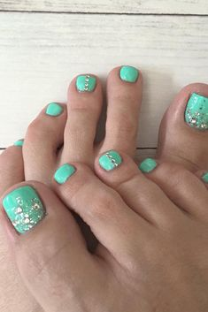 21 Pretty Toe Nail Designs for Your Beach Vacation ★ See more: http://glaminati.com/toe-nail-designs-beach/
