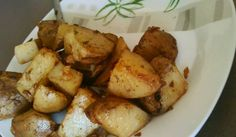 Dans un saladier, mélanger l'huile, l'eau, le sachet de soupe à l'oignon, le poivre et le persil...