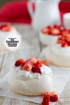 These Mini Strawberry Pavlovas are the perfect dessert for entertaining, with sweet and bright flavors and a beautiful presentation! Mini Desserts, Just Desserts, Delicious Desserts, Dessert Recipes, Strawberry Pavlova, Strawberry Recipes, Mini Pavlova, Yummy Treats, Sweet Treats