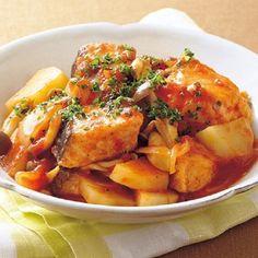 今が旬の鮭を手軽に楽しむなら、「鮭とじゃがいものトマト煮」がおすすめです。こちらのレシピの魅力は、なんといってもその簡単さ。生鮭に小麦粉をまぶして焼き、そこに野... Chicken Wings, Thai Red Curry, Seafood, Dishes, Meat, Cooking, Ethnic Recipes, Yahoo, Foods