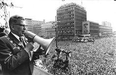 Burgemeester Thomassen spreekt op 7 mei 1970, tijdens de inhuldiging van Feyenoord, de ontzagwekkende menigte voor het stadhuis met behulp van een megafoon toe. Zijn toespraak ging evenwel grotendeels verloren in het donderende lawaai.