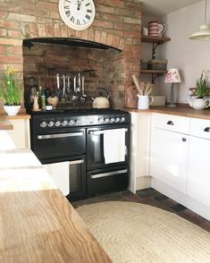 Over the years, many people have found a traditional country kitchen design is just what they desire so they feel more at home in their kitchen. Country Kitchen Designs, Beautiful Kitchen Designs, Rustic Kitchen Design, Beautiful Kitchens, Kitchen Interior, New Kitchen, Kitchen Dining, Kitchen Decor, Cottage Kitchens