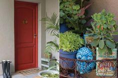 """La puerta de entrada se pintó de rojo, un tono que los dueños eligieron para """"levantar"""" el del revestimiento exterior (Tarquini Revear). Junto a la puerta de la cocina, donde posa la anfitriona, portamacetas en alambre y metal (Boulevard Sáenz Peña) con variedad de crasas. Apliques metálicos de exte.  /Pompi Gutnisky"""
