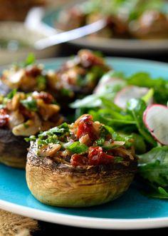 Los champiñones rellenos vegetarianos son fáciles de hacer y geniales para servir de picada durante una fiesta, de entrante, o un plato principal ligero.