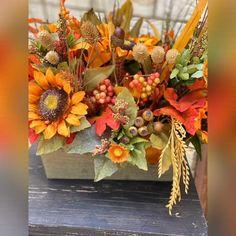 Fall Flower Arrangements, Floral Centerpieces, Autumn Centerpieces, Outside Fall Decorations, Easy Halloween Decorations, Thanksgiving Flowers, Thanksgiving Centerpieces, Fall Window Boxes, Fall Home Decor