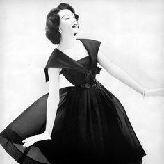 1957 Dovima in lovely dress by Suzy Perette, Harper's Bazaar Fifties Fashion, Retro Fashion, Vintage Fashion, Vintage Style, Fifties Style, Vintage 1950s Dresses, Vintage Outfits, Look Retro, Fashion Advertising