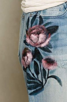 Drawn jeans painted - pin to your gallery. Explore what was found for the drawn jeans painted Painted Jeans, Painted Clothes, Hand Painted, Denim Art, Estilo Hippie, Mode Jeans, Jeans Denim, Diy Clothing, Clothing Accessories