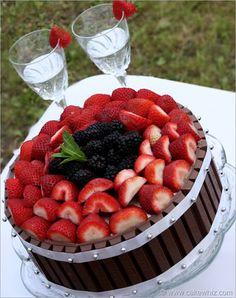 Bolo de chocolate com frutas e borda de Kit Kat!!!