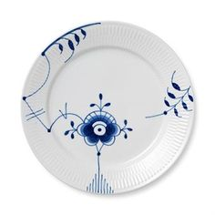Organize a dinner party and set the table with extra luxury with these plates from Royal Copenhagen! The graceful blue pattern is called Blue fluted mega and is designed with an innovative thinking by Karen Kjældgård-Larsen. Porcelain from Royal Copenhagen is sought-after all around the world, and who can blame them