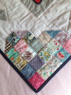 What a clever way to dress up the corner of a quilt! BOM 2015 Treehouse Textiles - try putting 3 together with shades of green to make a clover Heart Quilt Pattern, Quilt Block Patterns, Quilt Blocks, Patch Quilt, Dress Patterns, Colchas Quilting, Quilting Designs, Quilting Ideas, Crazy Quilting