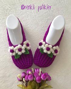 crochet bow pattern No photo description available. Crochet Bow Pattern, Crochet Bows, Shoe Pattern, Crochet Slippers, Crochet Crafts, Crochet Projects, Emoji Coloring Pages, Crochet Ripple, Heart Crafts